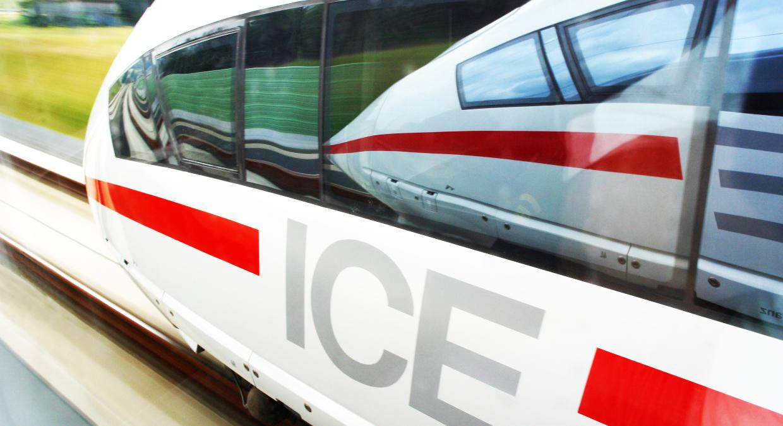 ICE 3 Baureihe 403 bei einer Parallelfahrt auf der Schnellfahrstrecke Köln - Rhein/Main (während der Eröffnung am 25.07.2002)