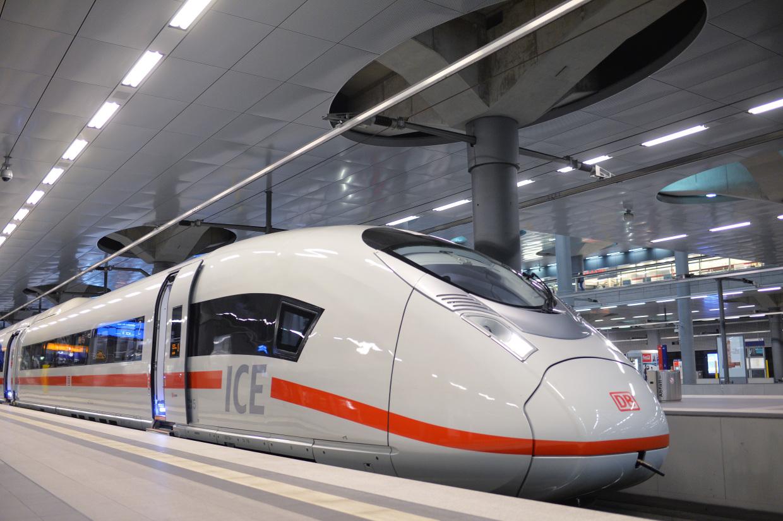 ICE 3 Baureihe 407 am Bahnsteig in Berlin Hbf tief
